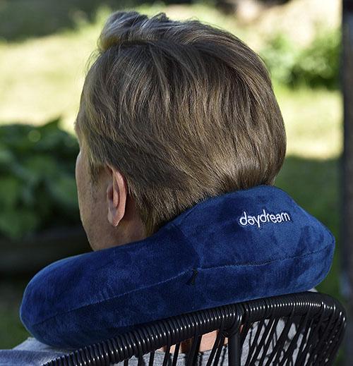 Daydream Basic Plus Modrý Cestovný vankúšik zo zadu na záhrade 2