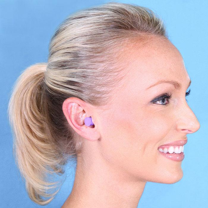 Macks Slim Fit úzke penové štuple do uší fialovej farby v ušiach