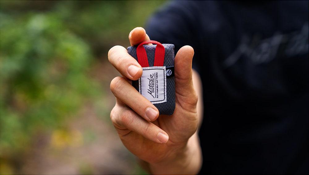 Matador najmenší cestovné deka Mini Pocket Blanket v ruke